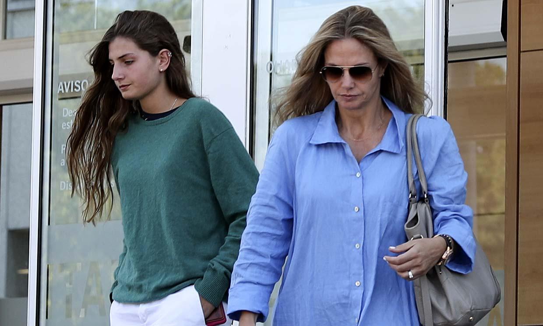 Amina Martínez de Irujo y su madre, Genoveva Casanova, en el hospital horas antes de su puesta de largo