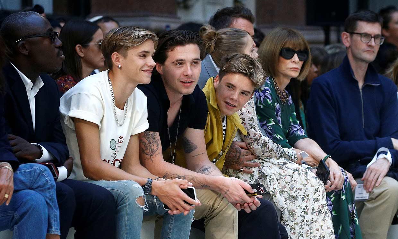 Romeo Beckham, con su familia (y alguien más) en el desfile de su madre, ¿está enamorado?