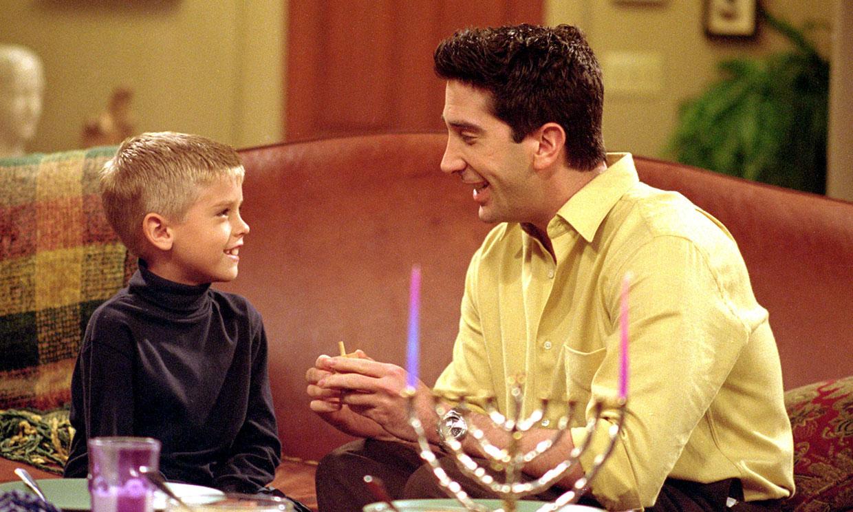 Cole Sprouse (el hijo de Ross) regresa a 'Friends' por su 25 aniversario
