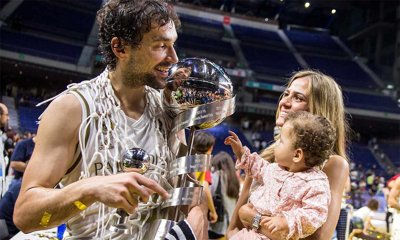 Sergio Llull levanta la Supercopa con sus 'dos tesoros'