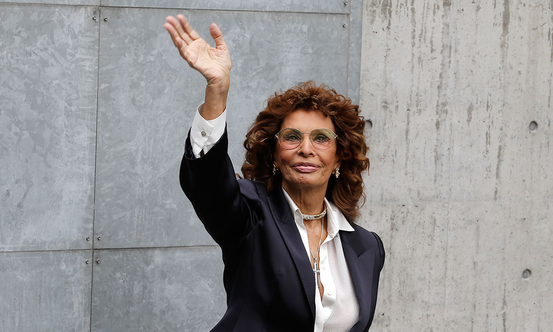 Sofía Loren paraliza con su glamour la Semana de la moda de Milán a sus 85 años recién cumplidos