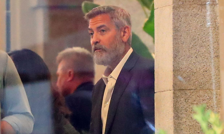 George Clooney, con barba y en bicicleta, pasea de incógnito por Madrid