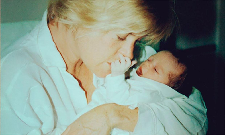 Melanie Griffith celebra el cumpleaños de su hija Stella con la imagen más tierna del día que nació