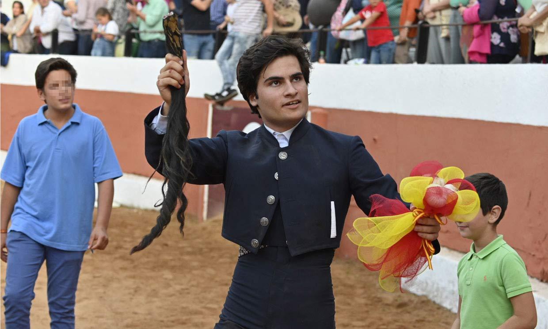 Adolfo Suárez Flores debuta en el toreo cortando dos orejas y un rabo
