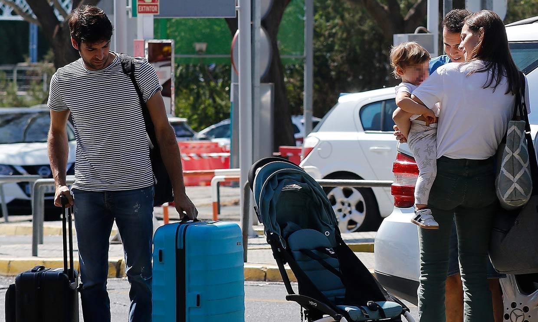 EXCLUSIVA: El 'ligero' equipaje de Cayetano Rivera, Eva González y el pequeño Cayetano