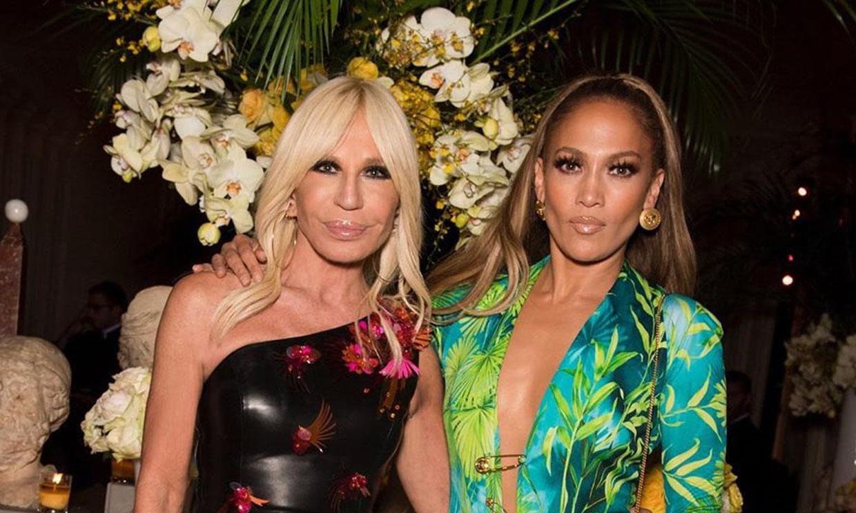 Donatella Versace viste a su perro con el modelo 'jungle print' de Jennifer Lopez