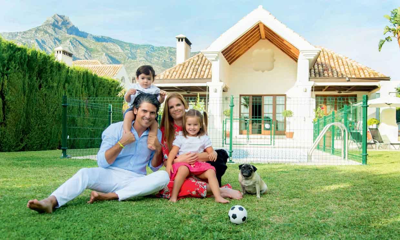 En ¡HOLA!, Olivia de Borbón y Julián Porras-Figueroa celebran el quinto aniversario de boda en su nuevo hogar marbellí