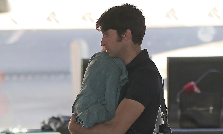 La tierna imagen de Cayetano Rivera con su bebé dormido en brazos