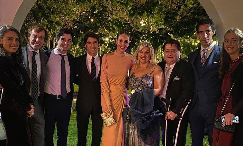 Con Eva González y Cayetano Rivera,mucha música y un peculiar padrino, la divertida boda de Paco Ureña y Elena González