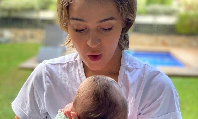 ¡La niña de sus ojos! Laura Escanes celebra orgullosa el primer 'cumplemes' de su hija Roma