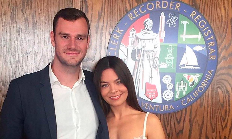 El heredero de Playboy Cooper Hefner se casa con Scarlett Byrne, la actriz de 'Harry Potter'