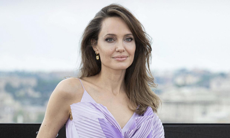 Angelina Jolie quiere vivir en el extranjero pero no puede por Brad Pitt