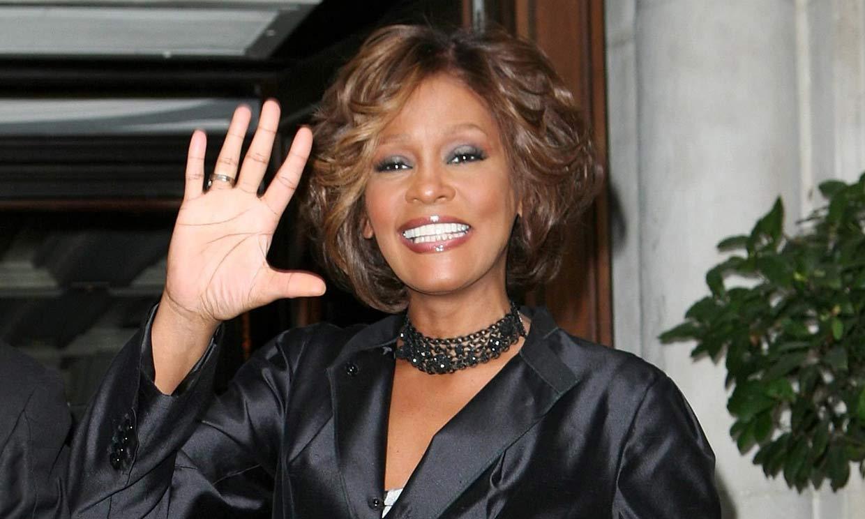 La mejor amiga de Whitney Houston revela que mantuvo un romance con la cantante
