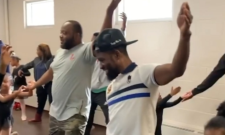 El divertido vídeo de unos papás acompañando a sus hijas a una clase de ballet