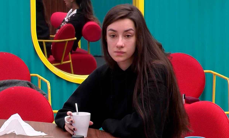 Adara comienza a desconfiar del apoyo de su marido, Hugo Sierra