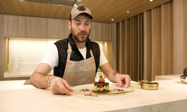 Antonio David Flores triunfa con sus dotes culinarias y como anfitrión