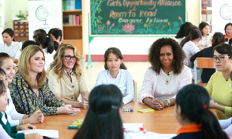 Michelle Obama y Julia Roberts, las dos 'reinas' de América paralizan una escuela en Vietnam