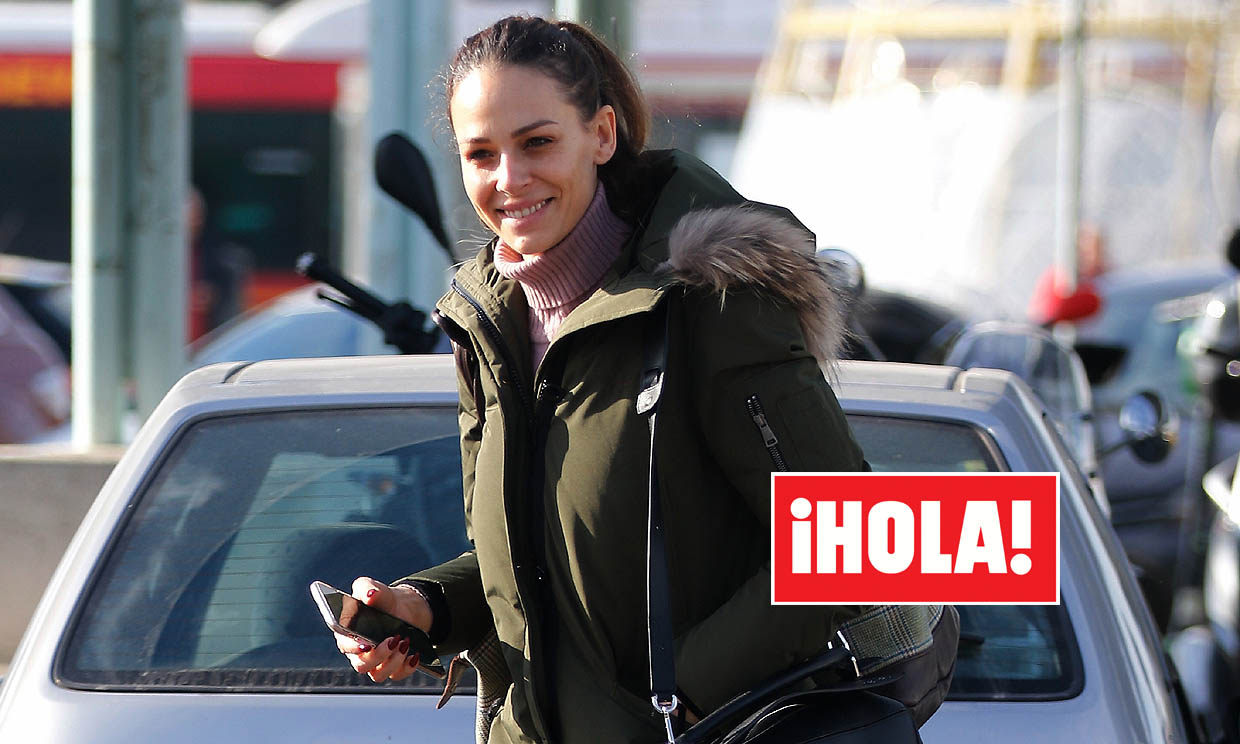Con una sonrisa y buen humor, Eva González vuelve a Madrid