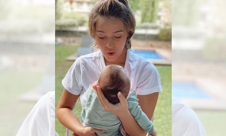 Acunar a su hija Roma, el mejor plan de Laura Escanes