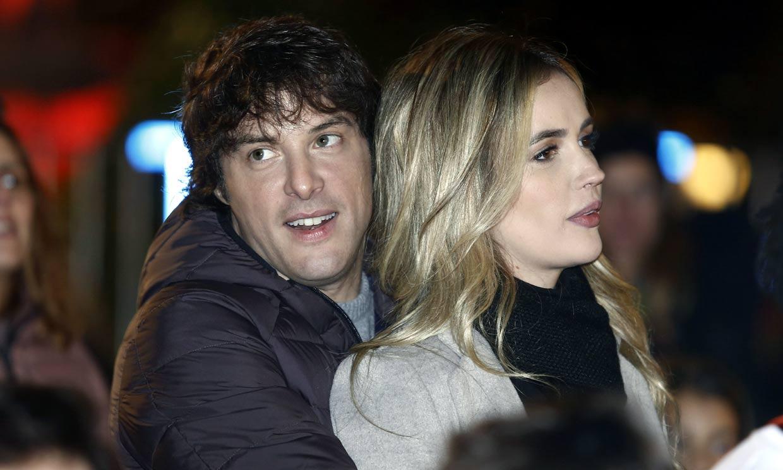 Jordi Cruz, muy cariñoso con su novia, Rebecca Lima, en la cabalgata de Reyes