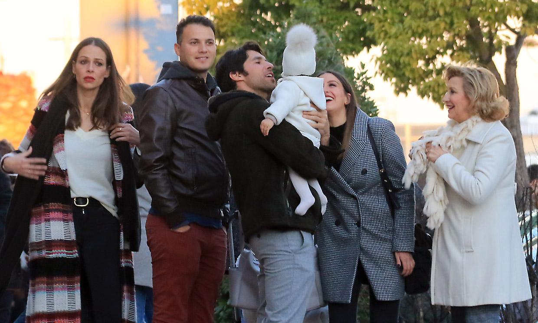 Eva González y Cayetano Rivera, juntos con su hijo en la cabalgata de Reyes