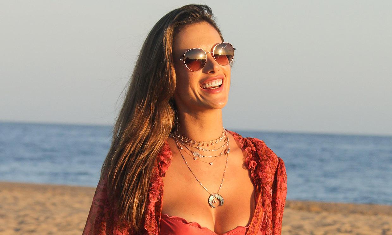 Alessandra Ambrosio nos da la envidia veraniega con su cuerpazo en pleno invierno