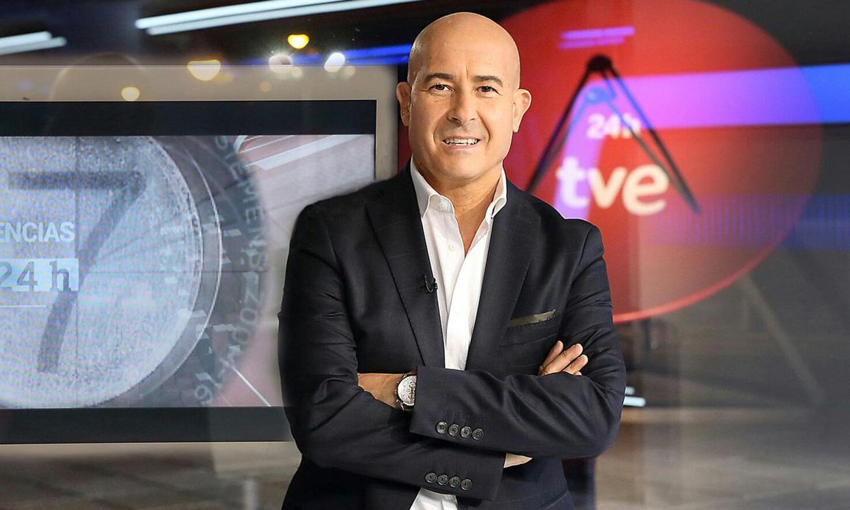 En ¡HOLA!, Andrés Pajares elige a Moisés Rodríguez, presentador del Canal 24 Horas, como 'padrino' de boda