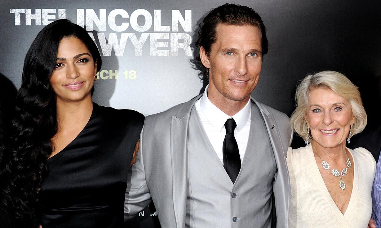 La madre de Matthew McConaughey, de 88 años, y el padre Hugh Grant, de 91, ¡van a tener una cita!