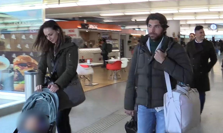 Eva González, Cayetano Rivera y su hermano Kiko, improvisado encuentro familiar en el AVE