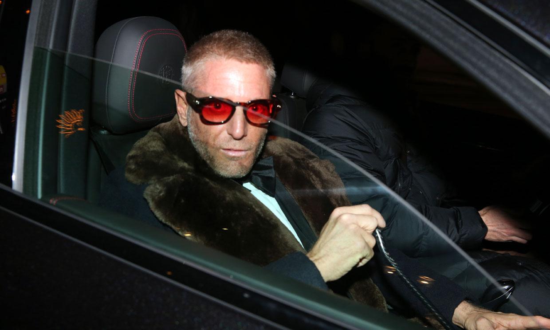 Lapo Elkann acude a la boda de Stavros Niarchos tras el accidente que le mantiene en silla de ruedas