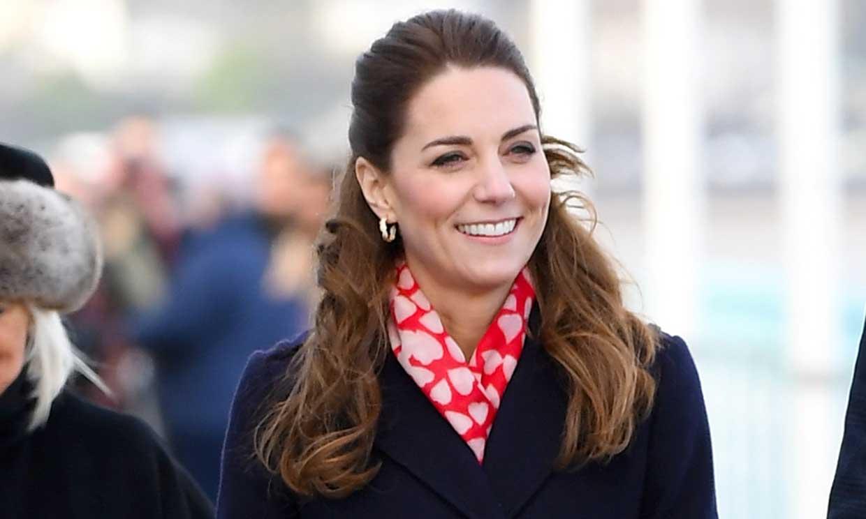 La duquesa de Cambridge 'vuelve al cole' de la mano de dos de sus profesores en su visita a Gales