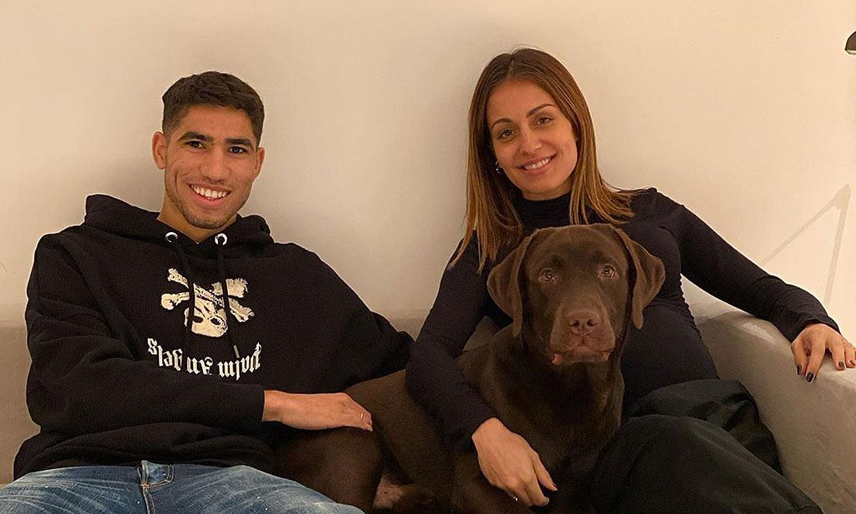 Hiba Abouk enseña la primera foto de familia 24 horas después de nacer su bebé