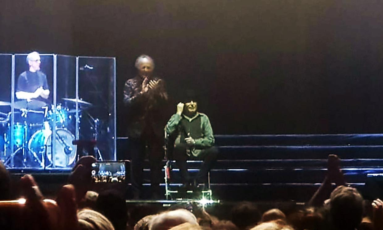 Joaquín Sabina sufre 'pequeñas fracturas en su hombro izquierdo' tras caerse del escenario