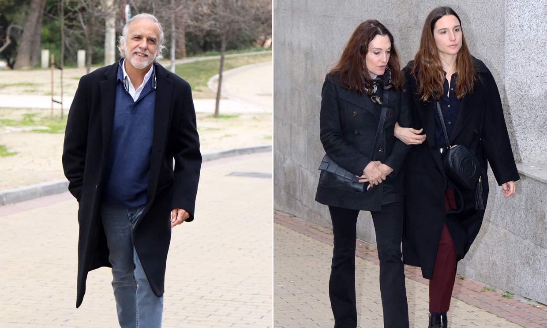 Cristina Iglesias, arropada por su hija, en la despedida de su pareja Plácido Arango