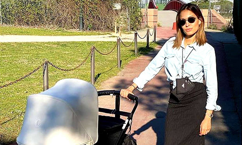 Hiba Abouk comparte su primer paseo al sol con Amín ¡el bebé más deportivo!