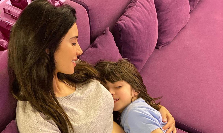 ¡Hora de los mimos! Pilar Rubio presume de 'tripita' entre abrazos de su hijo mayor, Sergio Jr