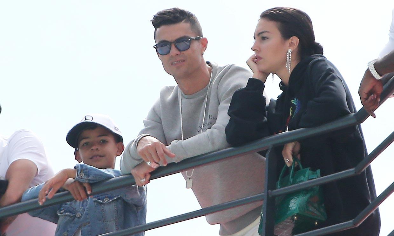 Cristiano Ronaldo viaja con Georgina a Portugal para estar junto a su madre hospitalizada