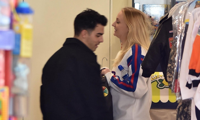 Sophie Turner y Joe Jonas, sorprendidos mirando ropita de bebé