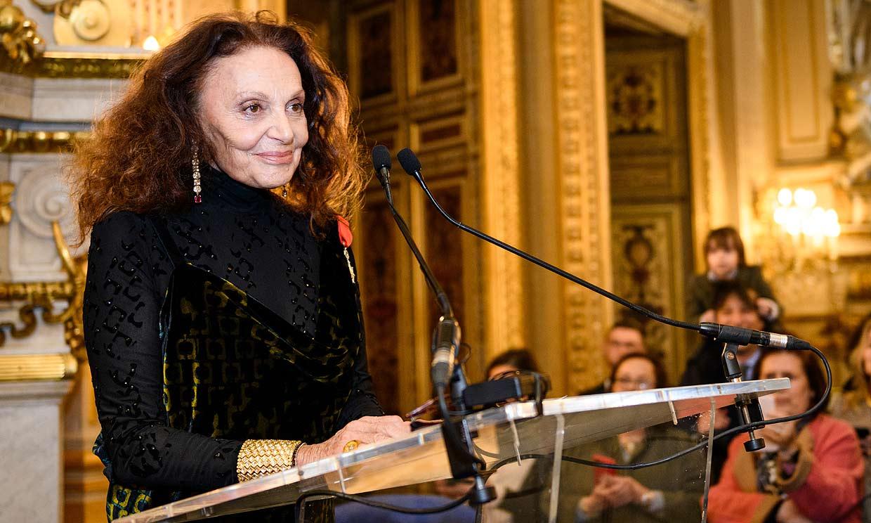 Diane von Fürstenberg recibe la Legión de Honor rodeada de ricos y famosos