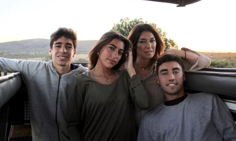 La emotiva actuación musical de Claudia y Nicolás, dos de los hijos de Raquel Revuelta