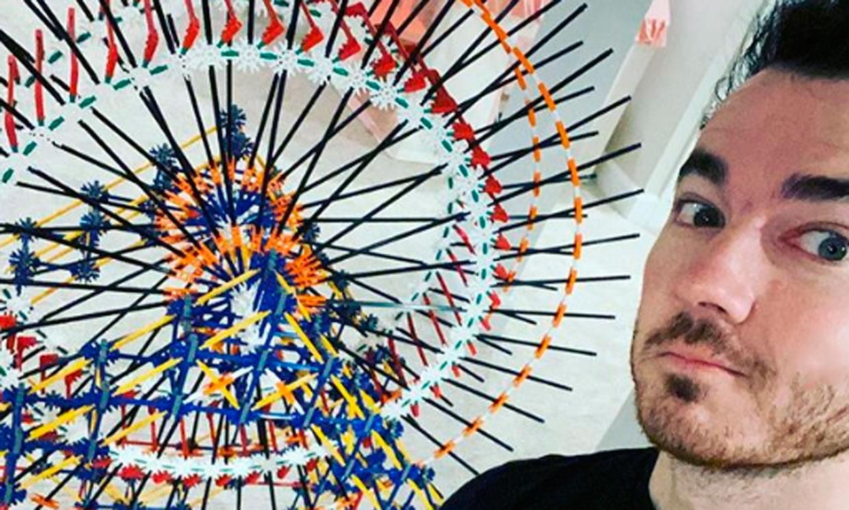 Kevin Jonas aprovecha el tiempo en casa para desarrollar su arte ¡con pajitas!