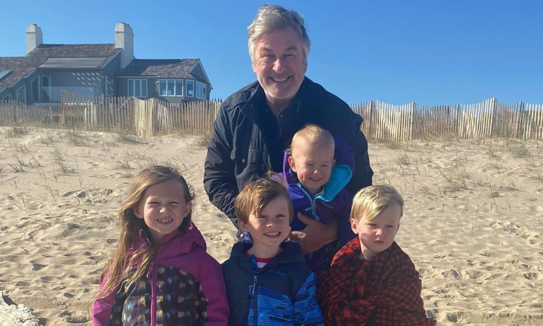 Hilaria Baldwin comparte un tierno vídeo de su marido Alec celebrando su 62 cumpleaños con sus hijos