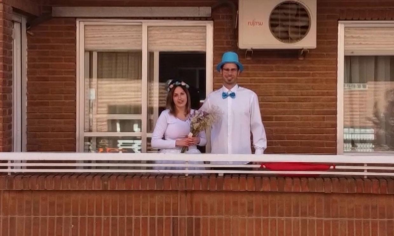 Una pareja celebra su boda en el balcón