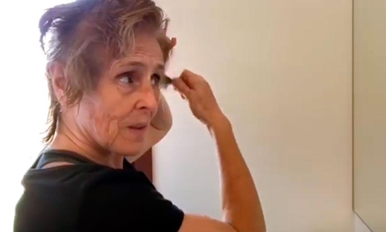 Mercedes Milá demuestra su habilidad como peluquera cortándose el pelo a sí misma