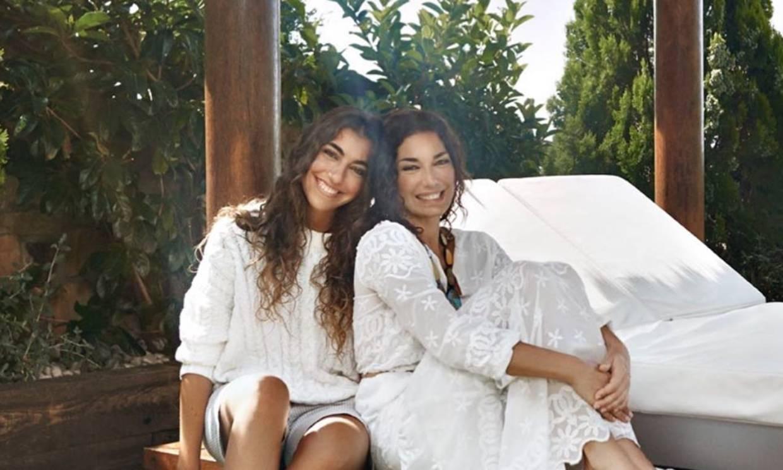 Raquel Revuelta recupera la sonrisa en una divertida videollamada con su madre y su hija
