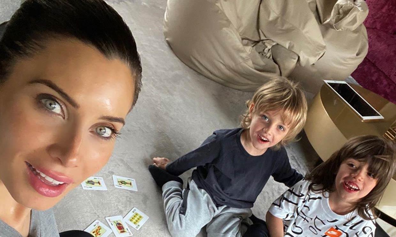 Estrategia y diversión para Pilar Rubio y sus hijos en su 'tarde de cartas'
