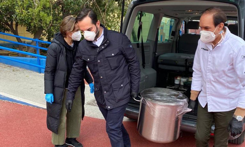 Llevando comida, haciendo mascarillas... así ayudan las celebrities españolas contra la pandemia