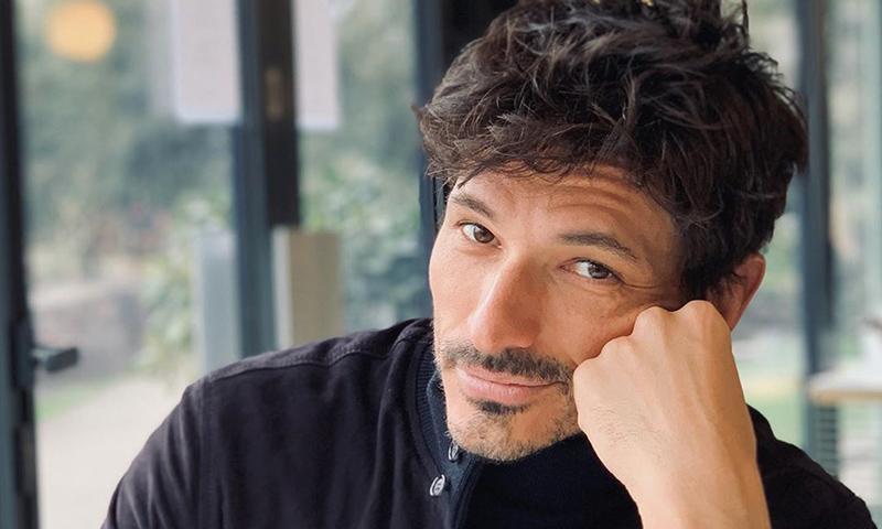 Andrés Velencoso se despide de su barba al ritmo de la canción de moda