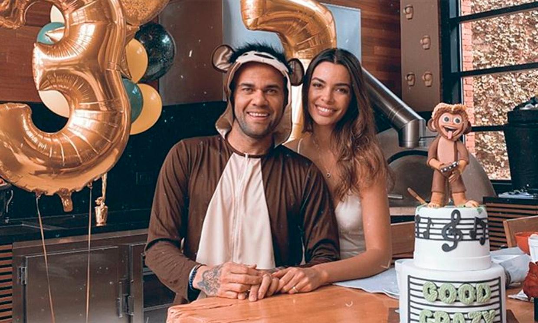 Dani Alves y Joana Sanz celebran el cumpleaños del futbolista con una fiesta ¡de monos!