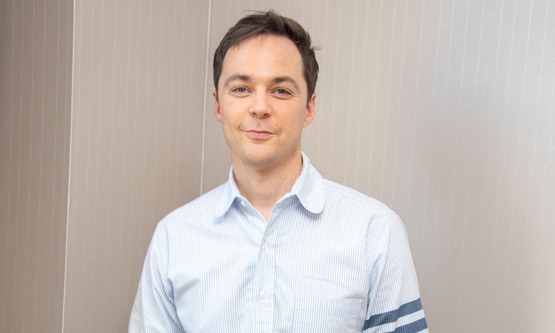 Ni te imaginas el cambio de 'look' de Jim Parsons (Sheldon Cooper en 'The big bang theory')